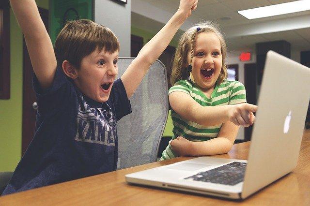 radující se děti