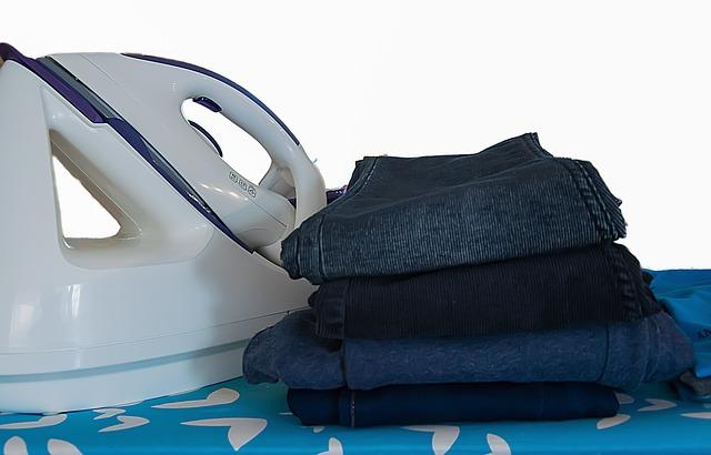 oblečení u žehličky