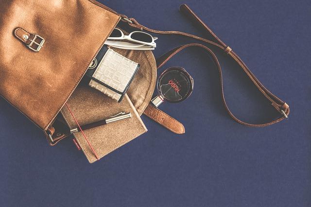 vysypané věci z tašky.jpg