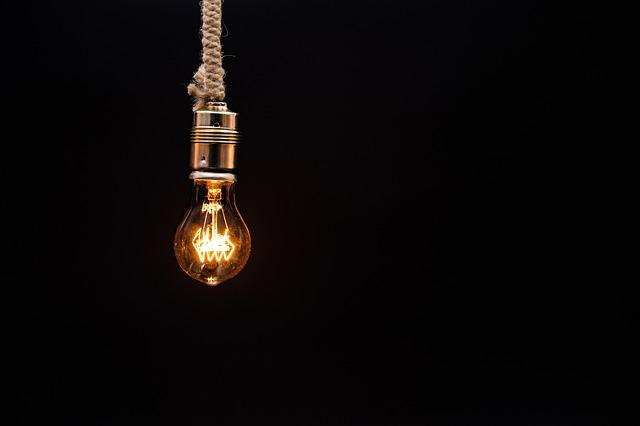 žárovka na provazu