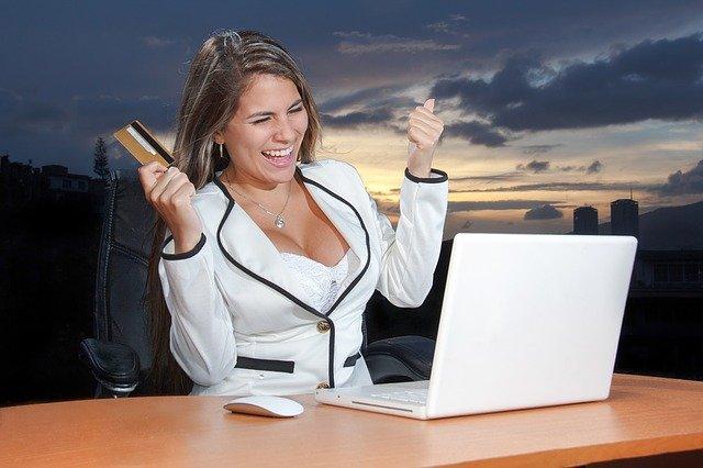 nadšená žena s kreditkou