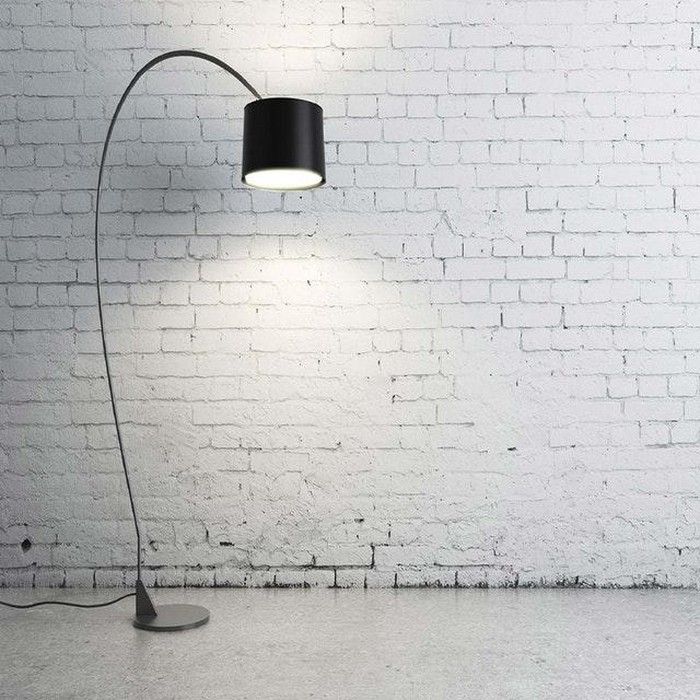 černá lampa, bílá zeď